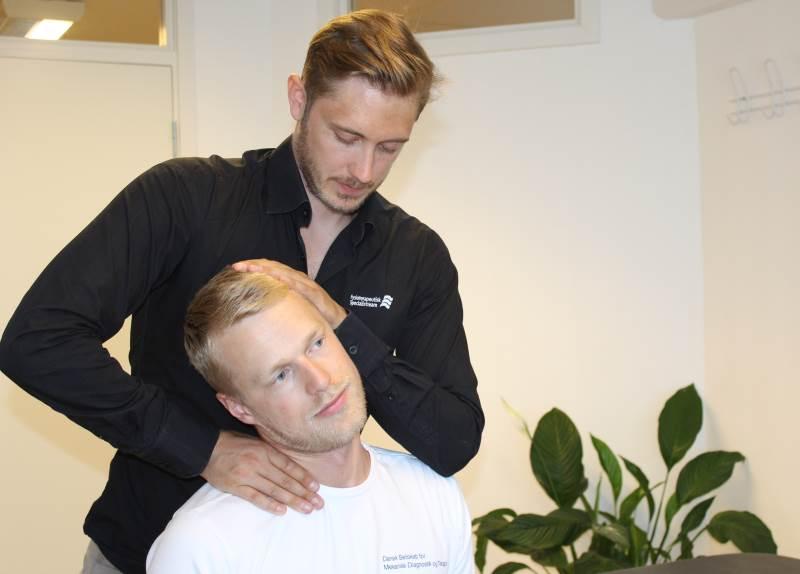 Lider du af nakkesmerter, så kan du få behandling på Aarhus Rygklinik. Fysioterapeuterne i Aarhus Rygklinik har mange års uddannelse i håndtering af nakkesmerter.