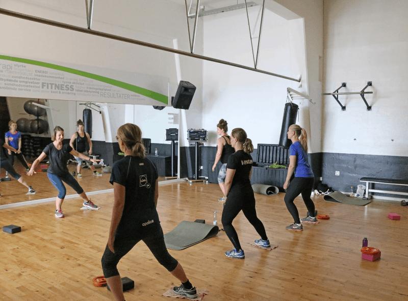 Fysioterapeutisk superviseret træning til både nakke, ryg og hovedpine
