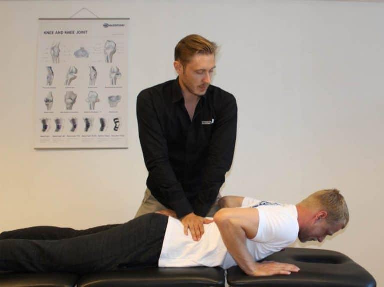 Fysioterapeut Mathias Holmquist med behandling af lændehold