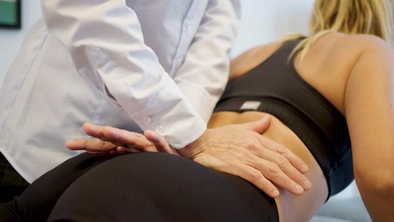 Fysioterapi i Århus. Vi behandler rygsmerter, nakkesmerter, diskusprolaps, skoliose og sportsskader. Få en specialiseret fysioterapeuter med stor erfaring i muskel og ledproblemer